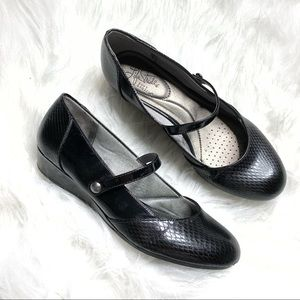 Life Stride soft system strappy slight wedge shoes
